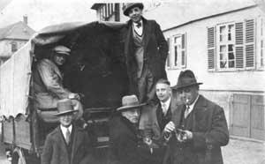 1934: Auf dem Weg zum Spiel in Bad Homburg. Das wohl erste überlieferte Mannschaftsfoto aus dem Jahre 1930.